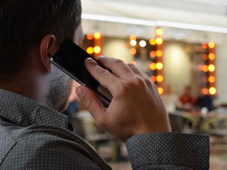 Los gestos que hacemos al hablar por teléfono Teléfonos...